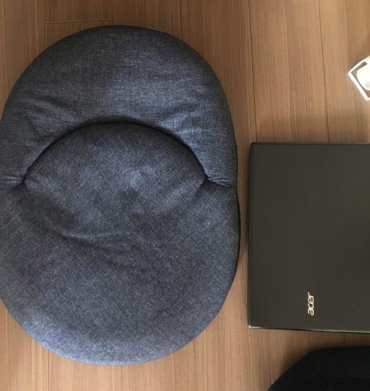 パソコンとニトリ座いすサーフ