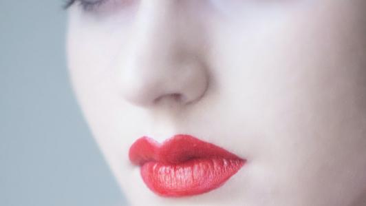 白い肌に赤い口紅