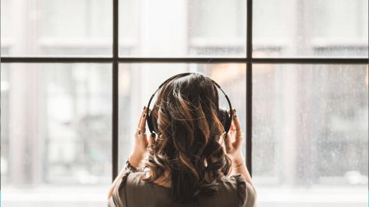 ヘッドフォンして音楽を聞いている女