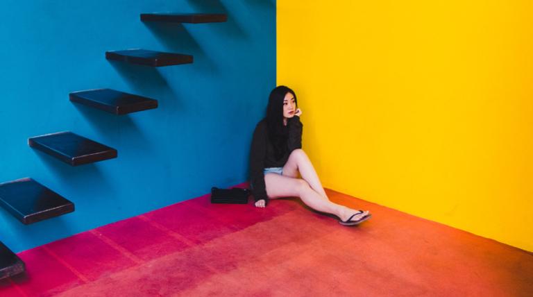 3色と女性
