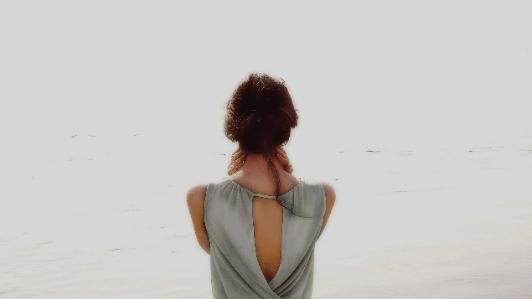 後ろが空いた服を着てる女