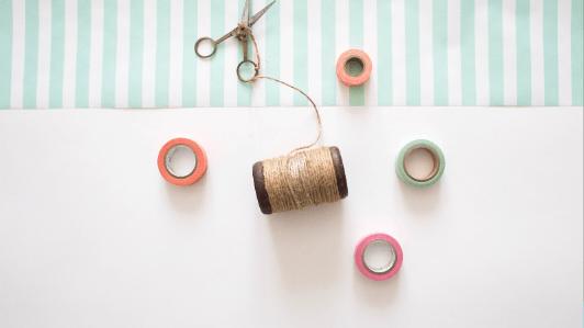 ハサミ、糸巻き、マスキングテープ