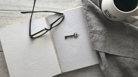 眼鏡、コーヒー、鍵、ノート