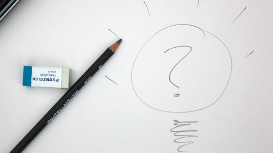 鉛筆で書かれた電球とクエスチョンマーク