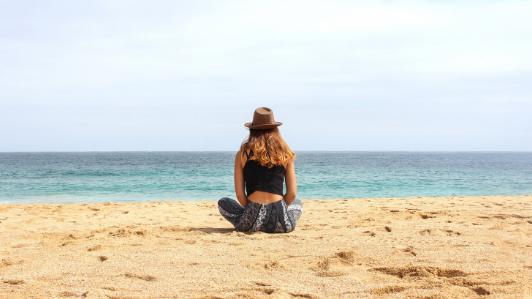 女性と砂浜
