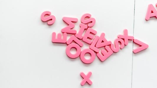 ピンク色のアルファベット